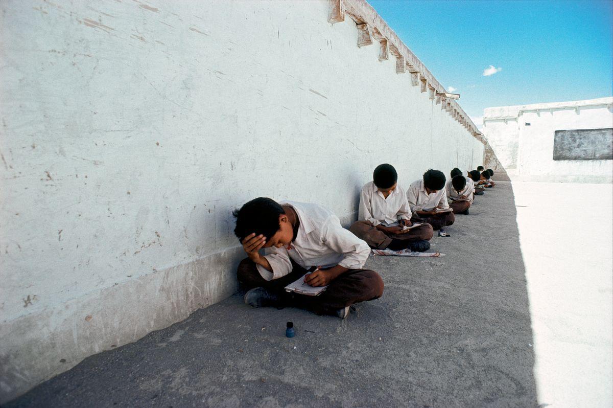 Examen a l'ecole pour les enfants refugies tibetains, au Ladakh, Inde. / Exam at the Tibetan refugee chlidren's school, Ladakh, India