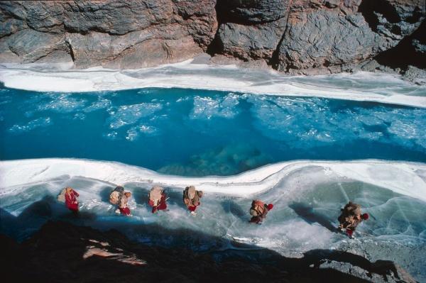 Une caravane de villageois sur le fleuve gele du Zanskar (Himalaya indien)