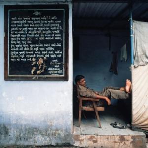 Repos d'un gardien a Bhadra Fort, Ahmedabad, Gujarat     /     A watchman resting at Bhadra Fort, Ahmedabad, Gujarat
