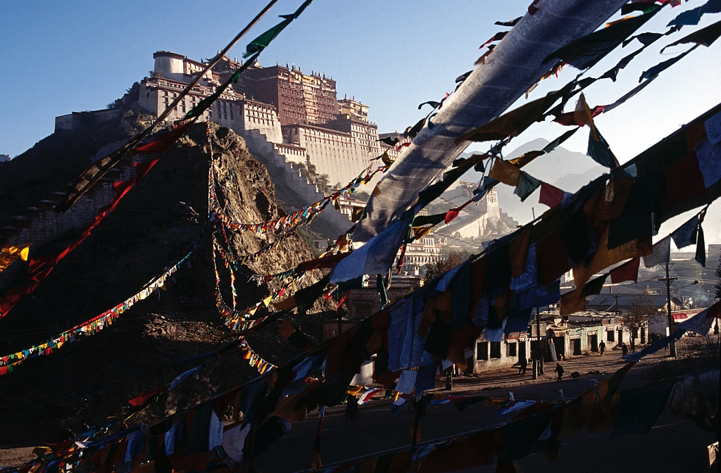 A Lhassa au Tibet, le Potala, palais des Dalai Lamas / In Lhasa, the Potala, the residence of the Dalai Lamas