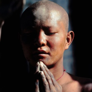 Priere devant le temple sacre du Jokhang, Lhasa, Tibet