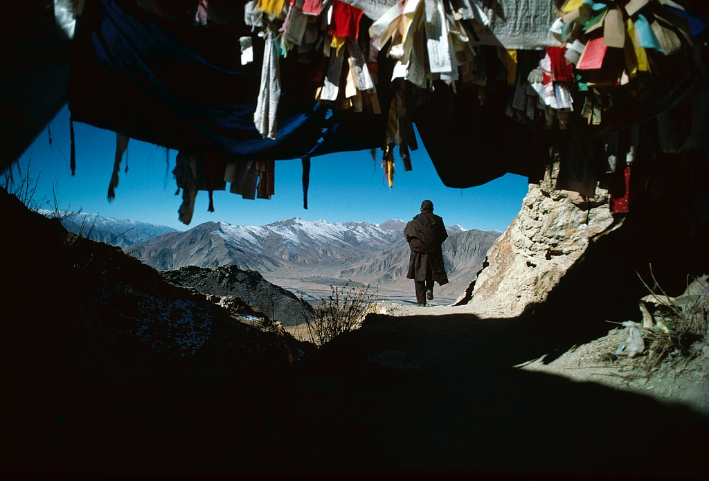 Un pelerin fait le tour du monastere de Ganden, en signe de devotion (Tibet) / A pilgrim walks round Ganden monastery as a sign of devotion (Tibet)