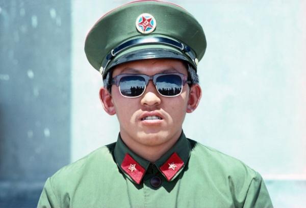 Un policier chinois a la frontiere de la Karakorum Highway - Chine     /      A chinese policeman at the border of the Karakorum Highway - China