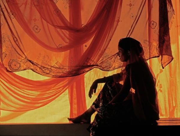 Instant de detente d'une jeune danseuse, lors d'une representation folklorique     /     A moment of relaxation enjoyed by a young dancer during a traditional dance show