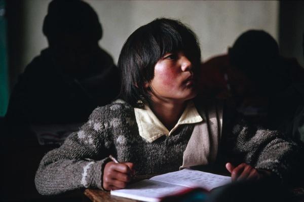 Une eleve de l'ecole du TCV (Tibetan Children Village), Pathlikuhl, Himalaya indien     /     A student at the Tibetan Children Village school, Pathlikuhl, Indian Himalayas