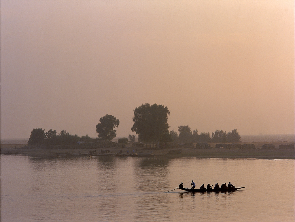 Les pirogues relient les villages de pecheurs du fleuve Niger (Mali) / The pirogues link the fishing villages of the Niger river (Mali)