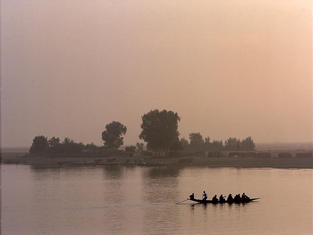 Les pirogues relient les villages de pecheurs du fleuve Niger (Mali) / The pirogues link the fishing villages of the Niger river (Mali)
