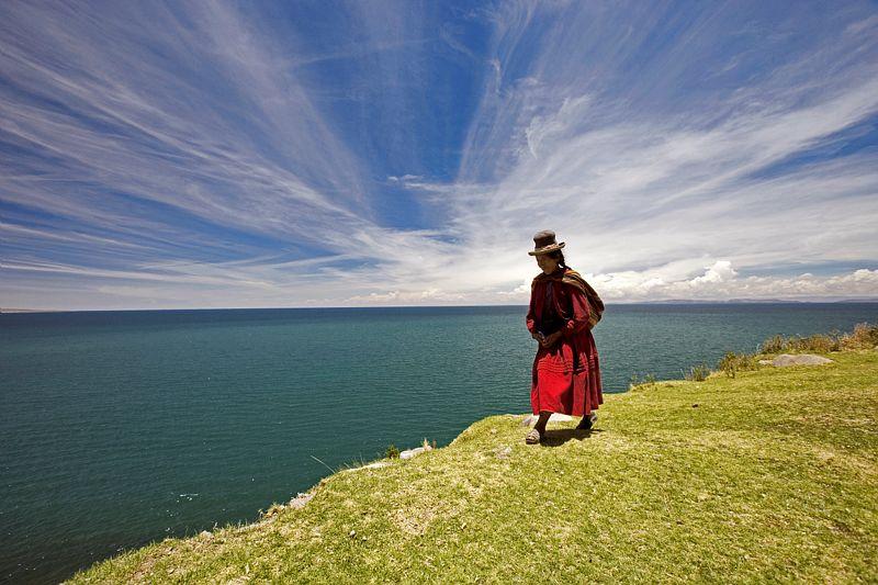 Titikaka. Agripina, indienne Aymara du Perou, va chercher ses moutons pres du lac Titikaka a 3800m