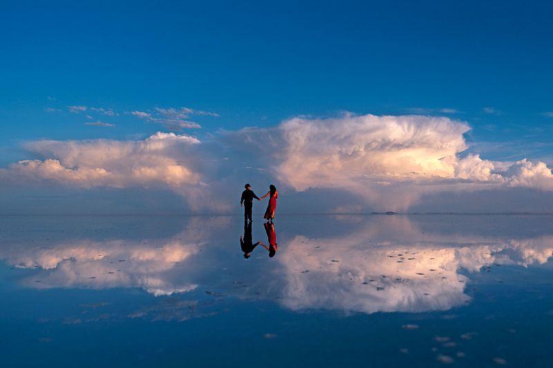 Cecilia Antequera Camacho et Julio Santander sur le Salar d'Uyuni, le plus grand lac sale sec du monde a 3653 m, Bolivie.. / Cecilia Antequera Camacho and Ulio Santander on the Salar de Uyuni, the largest dry salt lake in the world, 3653 m above s