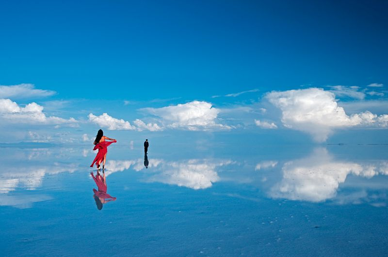 Cecilia Antequera Camacho et Julio Santander sur le Salar d'Uyuni, le plus grand lac sale sec du monde a 3653 m (Bolivie) / Cecilia Antequera Camacho and Ulio Santander on the Salar de Uyuni at 3653 m (Bolivia)