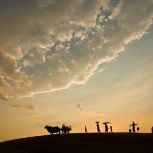 Après une journée aux champs, les villageois regagnent leur foyer (Myanmar)