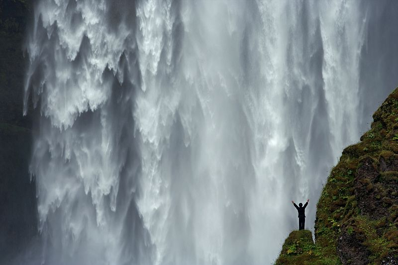 Wen Yutao au pied des chutes de Skogarfoss en Islande
