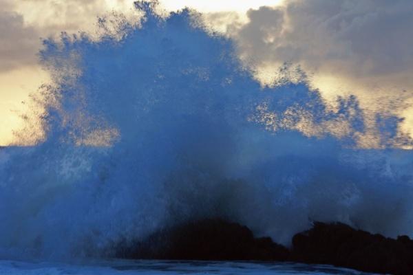 Puissance d'une vague d'écume, peninsule de Reykjanes, au sud de l'Islande
