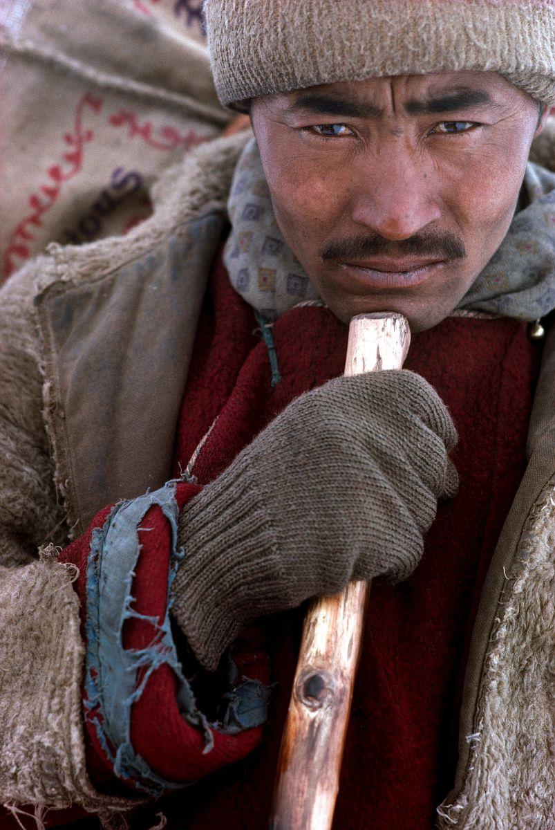 Progression d'un porteur sur le Tchadar accroche a son long baton, Zanskar, Himalaya indien